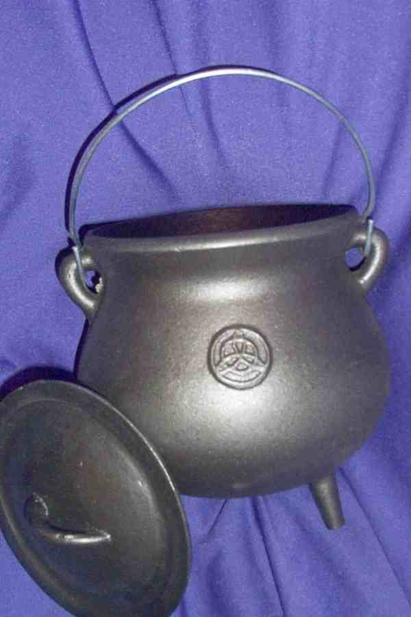 POTBELLY CAULDRON WITH PENTACLE